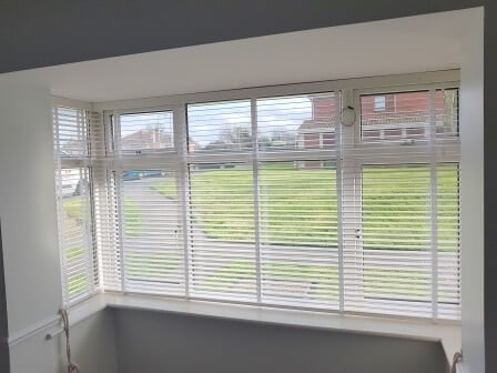 Bay Window White Wood Venetian Blinds With Tapes Were